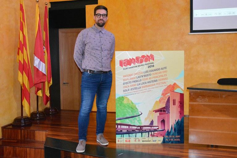 El concejal de Cultura con el cartel