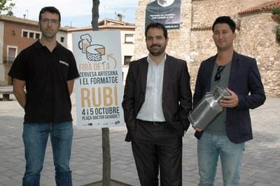 Jaume Buscallà con el maestro cervecero Joan Pons y el organizador Ausias Ballart.