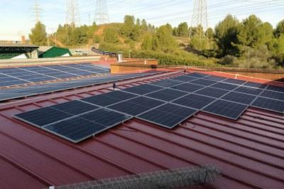 Imagen de archivo de la instalación de las placas en la cubierta de la empresa KAO (foto: Ayuntamiento de Rubí).