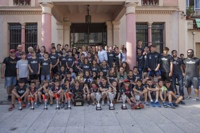La alcaldesa, los diferentes concejales y los representantes del HCR Cent Patins se han hecho una foto de familia ante el Ayuntamiento (foto: Localpres).