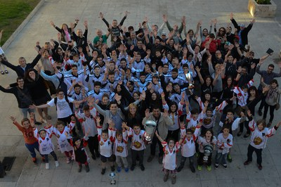 La alcaldesa, el concejal de Deportes y los representantes del HCR Cent Patins se han hecho una foto de familia en la pl. Pere Aguilera (foto: Localpres).