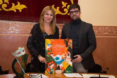 La alcaldesa y el concejal de Cultura, con el cartel de Carnaval (foto: Localpres).
