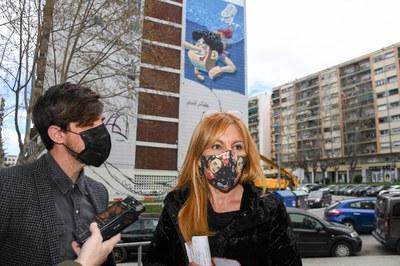 La alcaldesa y el concejal de Proyección de la Ciudad, frente al nuevo mural de Urih (foto: Ayuntamiento de Rubí - Localpres).