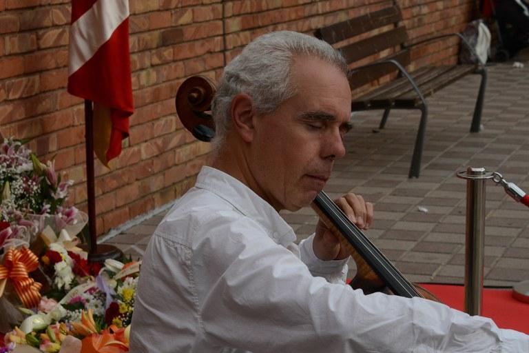 El violonchelista Joaquim Alabau ha interpretado 'El cant dels ocells' (foto: Localpres)