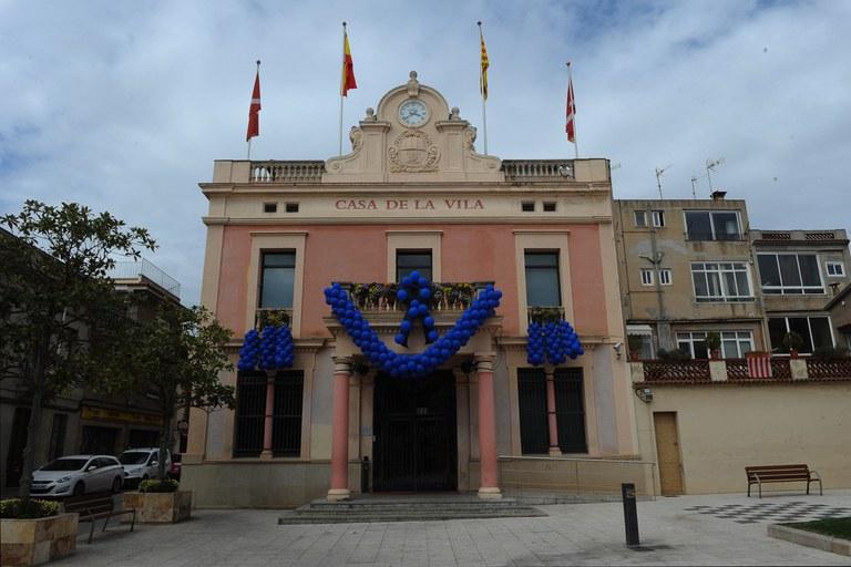El Ayuntamiento se ha decorado con globos y luces azules (foto: Localpres)