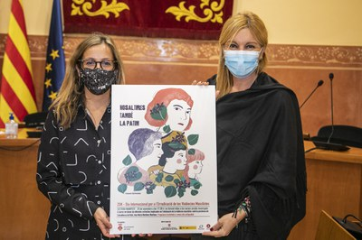 La regidora de Igualdad y la alcaldesa con el cartel de este año del 25N a Rubí (foto: Ayuntamiento de Rubí – Lali Puig).