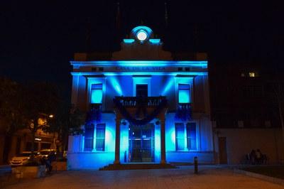El Ayuntamiento iluminado por el autismo en 2016 (foto: Localpres).