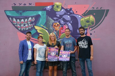 La alcaldesa y los concejales, con los miembros de Petados Crew.