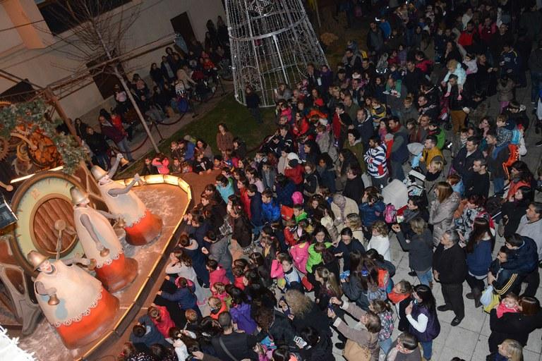 Una multitud de rubinenses se han reunido en la plaza Pere Aguilera para dar la bienvenida a la Navidad (foto: Localpres)