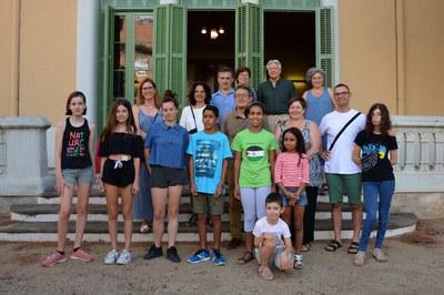 Rafael Güeto y la teniente de alcaldía Maria Mas, con los niños, las familias acogedoras y los representantes de Rubí Solidari.