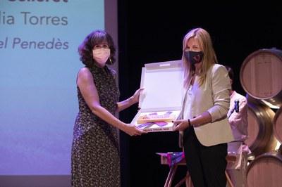 El momento de la entrega del premio (foto: Premios Vinaròs).