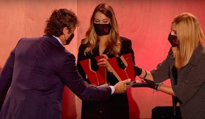 Los premiados en las categorías de vinos escumosos con la alcaldesa y el presentador de la gala (foto: Premios Vinari).