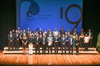 Todos los premiados del año con los representantes de las instituciones que han asistido a la entrega de los galardones (foto: Ayuntamiento de Rubí - Localpres).