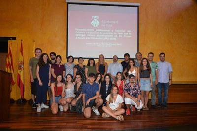 Representantes políticos con los alumnos reconocidos y los directores de los centros (foto: Ayuntamiento de Rubí - Localpres).