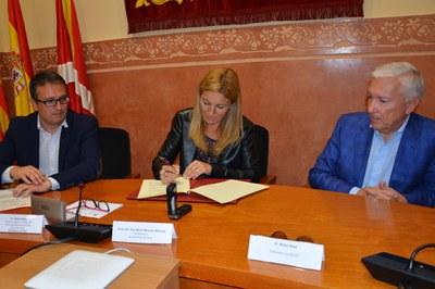 La alcaldesa en el momento de firmar el convenio con CECOT.