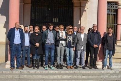 La alcaldesa, miembros del gobierno y los grupos municipales han encabezado la concentración (foto: Localpres).