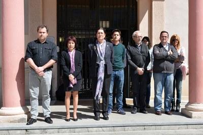 Representantes de los diferentes grupos municipales ha encabezado el minuto de silencio celebrado en la plaza Pere Aguilera.