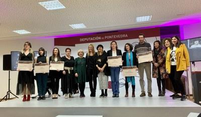 La alcaldesa con la presidenta gallega y las personas premiadas.
