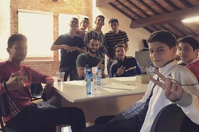 Jeebli, trabajando con varios jóvenes en la letra de la canción (Foto: Rubí Jove).