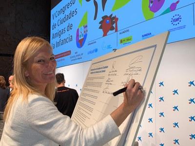 La alcaldesa firmando la Declaración de Colonia (foto: Ayuntamiento de Rubí).