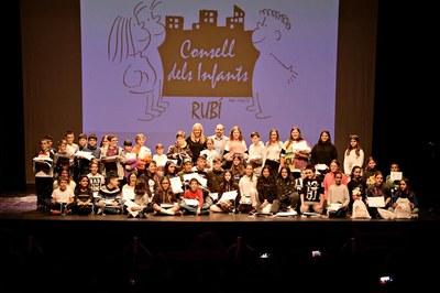 La alcaldesa y el concejal de Infancia y Educación, con los nuevos consejeros y consejeras (foto: Ayuntamiento de Rubí - Localpres).