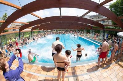 Los participantes en el 'Mulla't per l'esclerosi múltiple', en el momento de dar el salto conjunto en la piscina de Can Rosés (foto: Localpres).