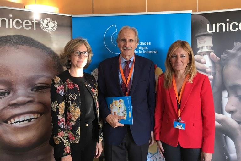 La alcaldesa, con la presidenta de UNICEF Catalunya y el presidente de UNICEF España