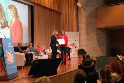 La alcaldesa, recogiendo el diploma otorgado por UNICEF.