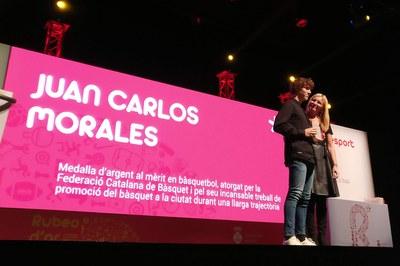 Reconocimiento a Juan Carlos Morales por su promoción del baloncesto en la ciudad. Recoge el Rubeo de Oro a su hijo Oriol