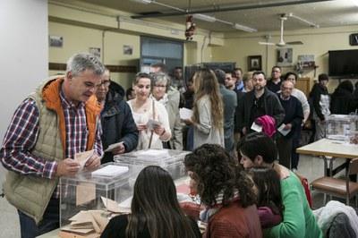 Votación en el colegio electoral del Centro Cívico de Ca n'Oriol (Foto: Ayuntamiento de Rubí - Lali Puig).