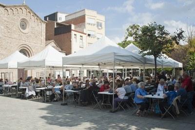 Más de 400 personas han asistido a la paella popular celebrada este sábado en la pl. Doctor Guardiet (foto: Cesar Font).