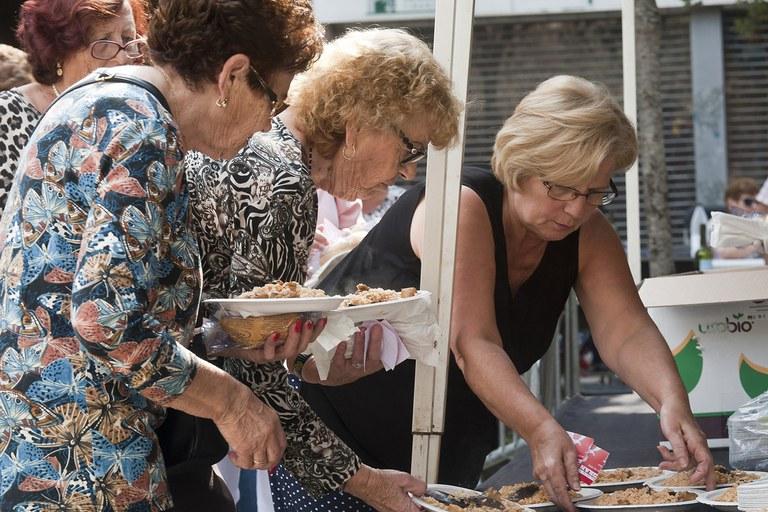 Las personas mayores de Rubí han tenido ocasión este sábado de degustar una paella (foto: Cesar Font)