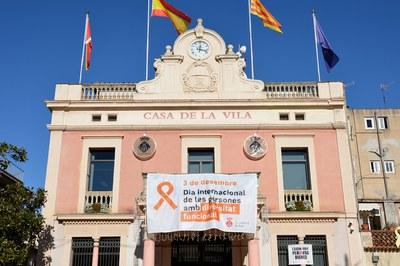 El Ayuntamiento luce una pancarta con motivo de la conmemoración (foto: Ayuntamiento de Rubí).