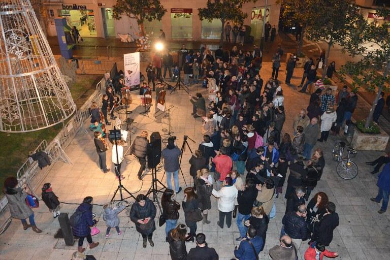 Aspecto de la plaza durante el acto (foto: Localpres)