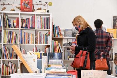 La alcaldesa i el concejal de Comercio y de Promoción y Dinamización Cultural han visitado librerías y floristerías (foto: Ayuntamiento de Rubí - Localpres).