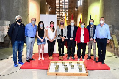 Las autoridades, con algunos de los familiares de las víctimas del nazismo (foto: Ayuntamiento de Rubí - Localpres).