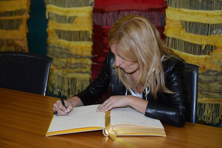 Aprovechando la reunión, Ana María Martínez ha firmado en el Libro de Honor del Ayuntamiento de Sant Cugat (foto: Localpres)