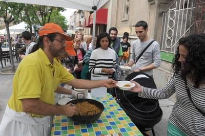 Durante la Feria del Día de la Tierra se repartieron 200 raciones de fideuà cocinada con ECObrasa (foto: Localpres)
