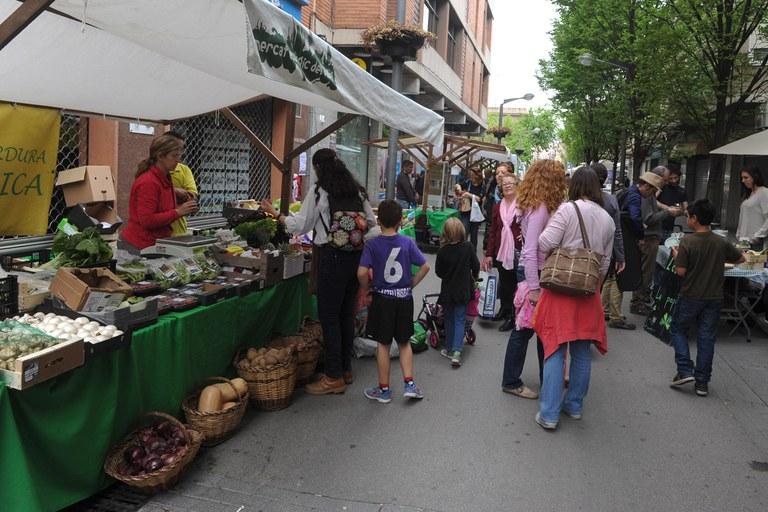 En el paseo Francesc Macià se ubicaron los puestos del Mercado Ecológico del Vallès y los comercios y restaurantes ecológicos de Rubí (foto: Localpres)