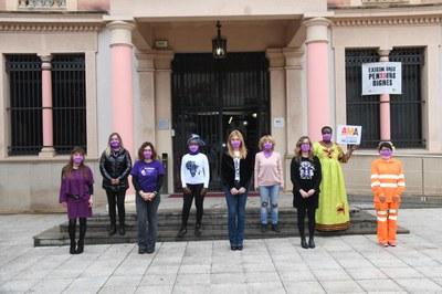 Las mujeres que han leído el manifiesto con la alcaldesa, la regidora de Igualdad y la segunda teniente de alcaldía (foto: Ayuntamiento de Rubí – Localpres).