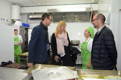 La alcaldesa, el presidente del Consejo Comarcal y el vicepresidente del Consorcio de Gestión de Residuos, hablando con las cocineras de la Escuela Montessori (foto: Localpres).