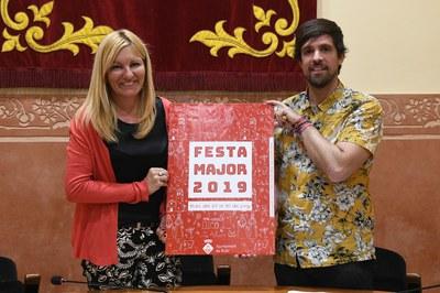 Ana María Martínez y Moisés Rodríguez con el cartel de la Fiesta Mayor (foto: Ayuntamiento de Rubí - Localpres).