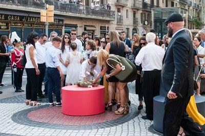 La alcaldesa y los familiares en el momento de la ofrenda (foto: Galdric Peñarroja)