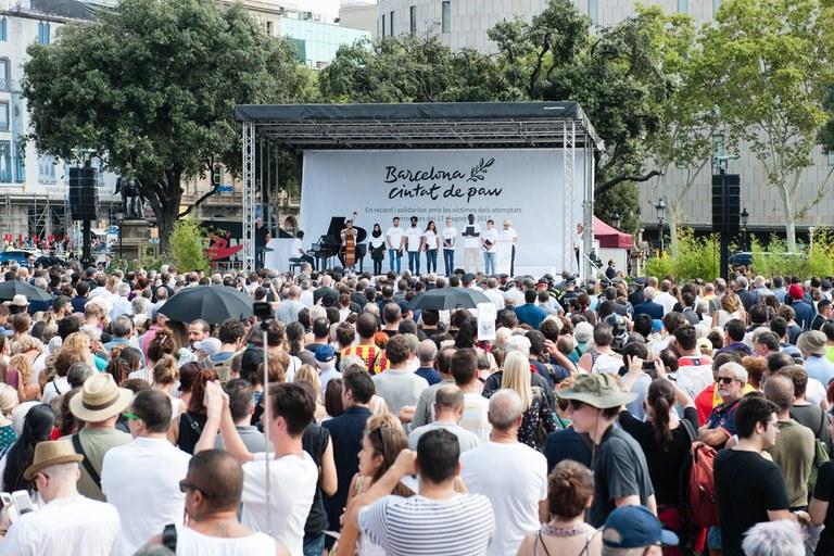 El acto central del aniversario se ha hecho en la plaza Catalunya (foto: Galdric Peñarroja)