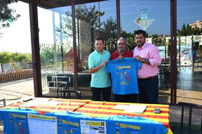 Jonathan Ferrari presidente de Coordinadora Petanca Solidaria con el presidente de la Unión Petanca Las Torres José Cubero y el concejal de Deportes Juan López.