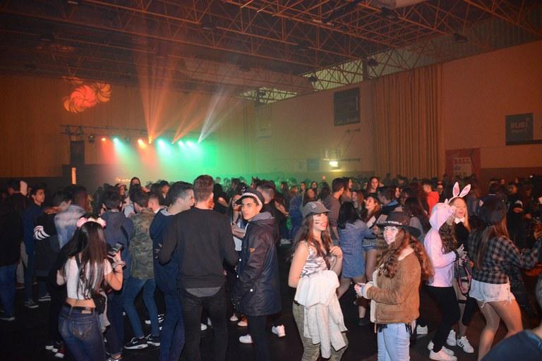 El pabellón de Can Rosés acogió el baile de Carnaval para jóvenes (foto: Localpres)