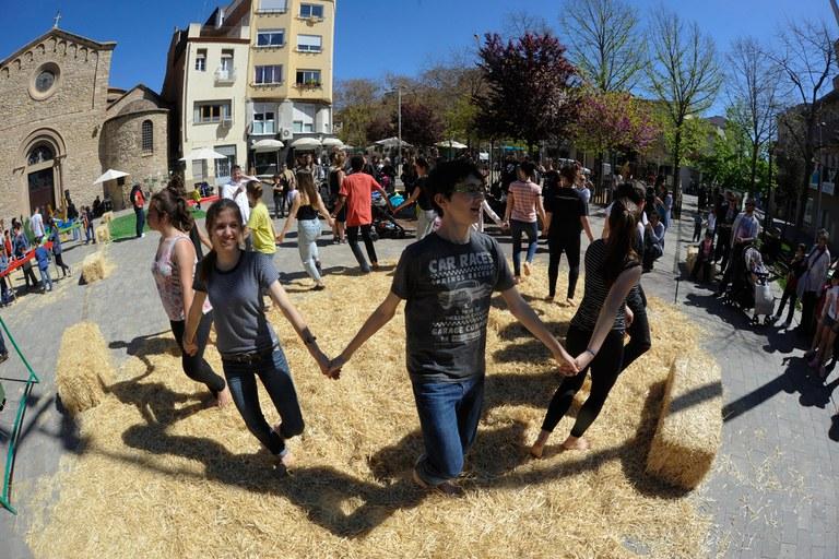 """El Esbart Dansaire ha propuesto a los asistentes a la feria """"Ballar de peus a terra"""" (foto: Localpres)"""