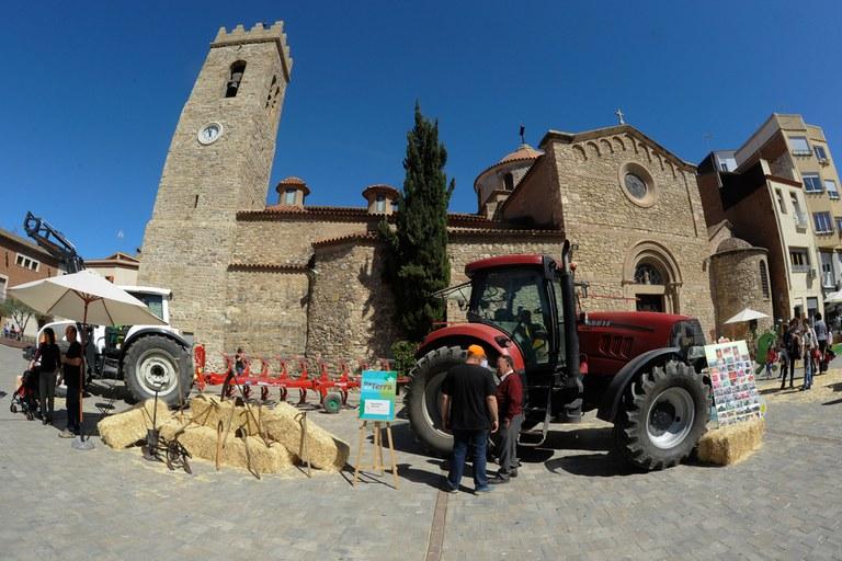 La plaza Doctor Guardiet ha acogido una muestra de maquinaria agrícola (foto: Localpres)