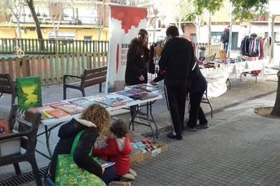 Imagen de una de las paradas de venta de libros de la Biblioteca