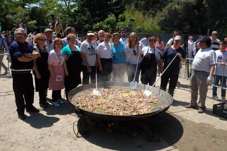 La alcaldesa y el concejal de Cultura, con los cocineros de la Unión Extremeña (foto: Localpres)